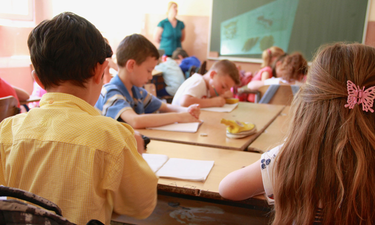 Діти займаються у класі в школі - Neuroflex