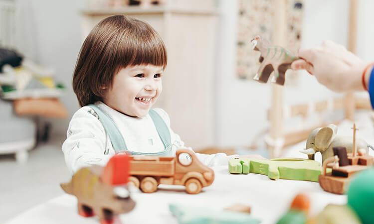 Дитина в оточенні іграшок - neuroflex.ua
