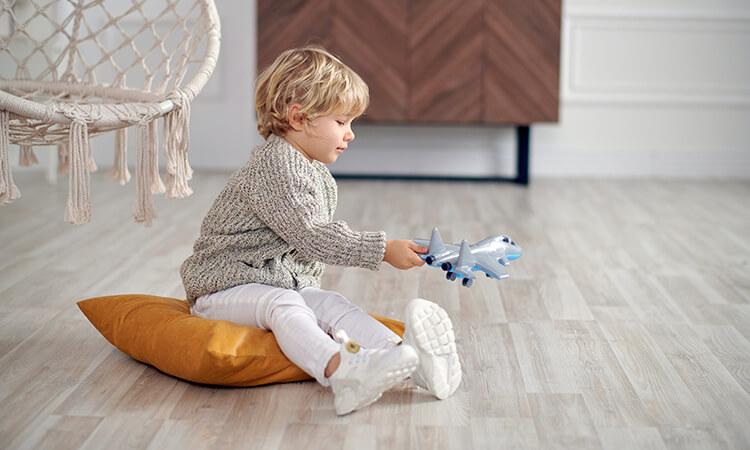 Дитина з іграшковим літаком - neuroflex.ua