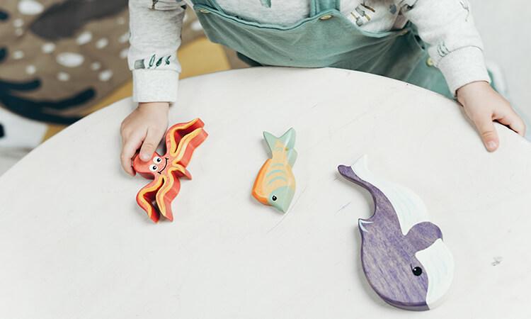 Дитина грає з фігурками морських тварин - neuroflex.ua